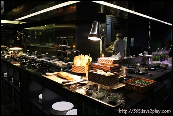Crowne Plaza Changi Airport Azur Restaurant - Buffet Line