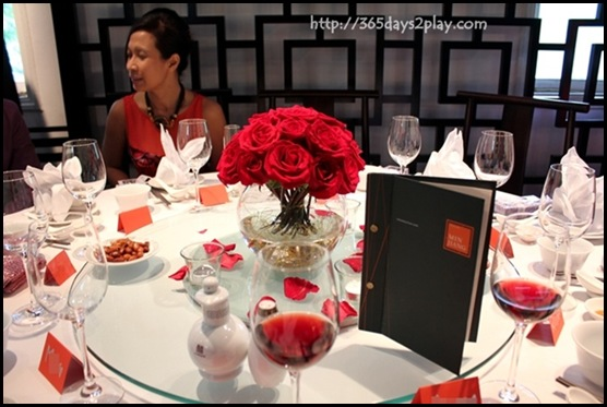 Lunch Wedding at Min Jiang @ one North - Lovely rose table decorations