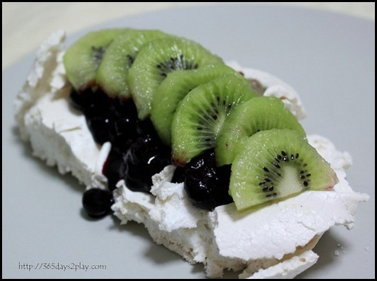 Kiwi Blueberry Pavlova (9)