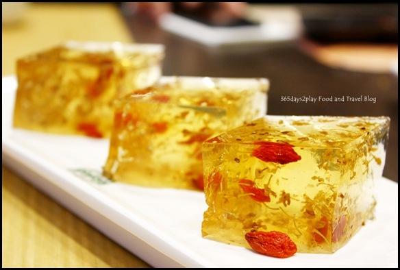 Tim Ho Wan - Tonic Medlar & Osmanthus Petal Cake (2)