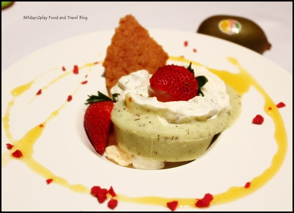Duo of Kiwi Panna Cotta accompanied with kiwi compote (2)
