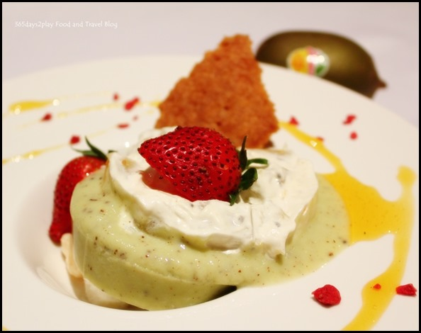 Duo of Kiwi Panna Cotta accompanied with kiwi compote (3)