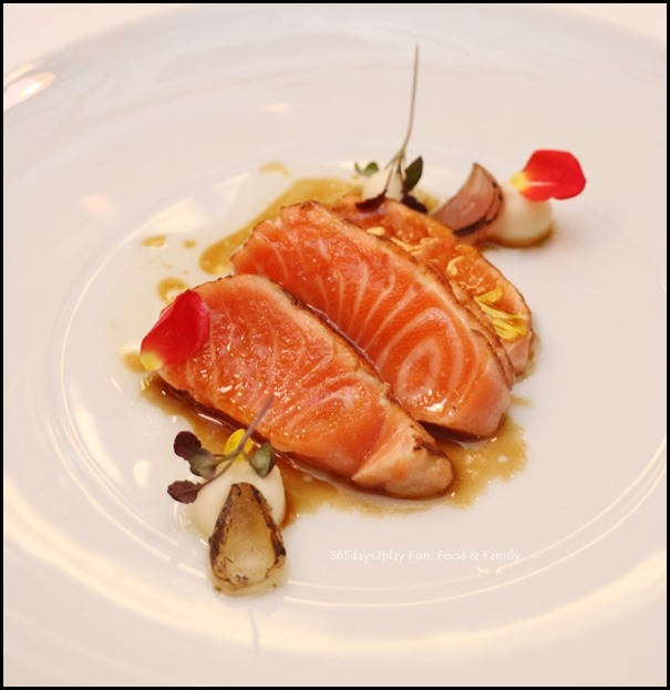 Fisk - Trout Tataki (Charred trout with celeriac reduction and horseradish oil)