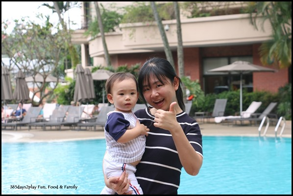 Having fun at Swissotel Merchant Court poolside (2)