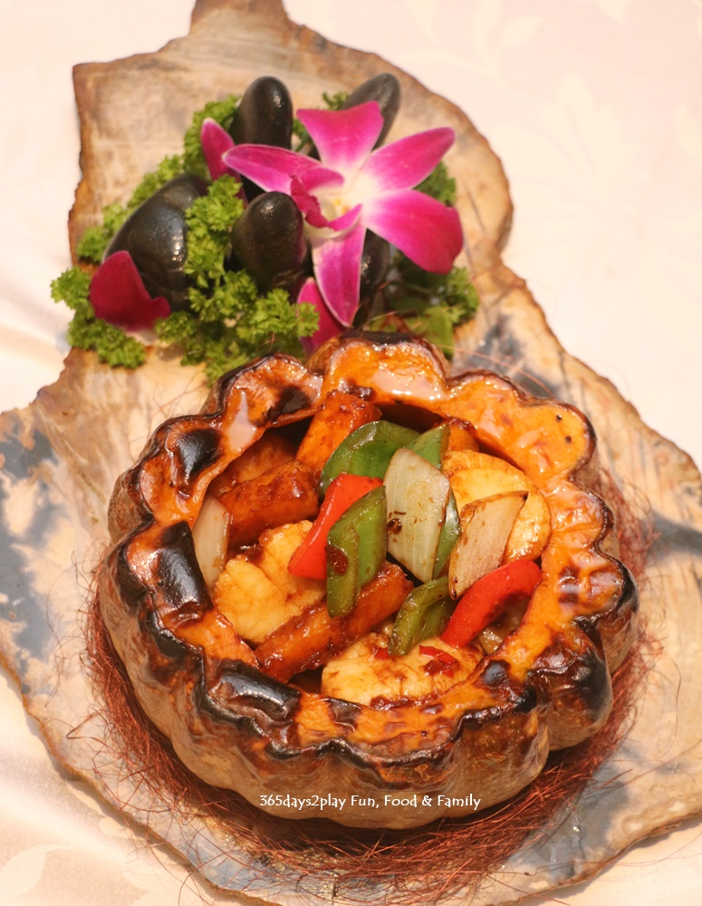 Hai Tien Lo - Stir-fried scallops with pumpkin and black bean sauce