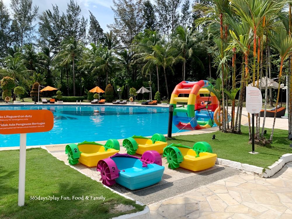 HARRIS Resort Waterfront Batam - Swimming Pool